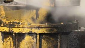 Lavage à haute pression dans l'usine le travailleur nettoie le moteur de camion lavage à haute pression closeup clips vidéos