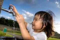 Lavage d'enfant Photos libres de droits
