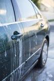 Lavage d'une voiture à la station de lavage Images libres de droits