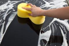 Lavage d'une voiture avec beaucoup de mousse Images libres de droits
