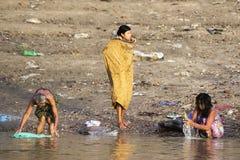 Lavage dans le fleuve Photos libres de droits