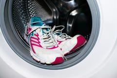Lavage de chaussure Les espadrilles blanches et roses lavent dans le joint (automa Images stock
