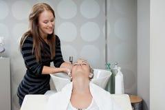 Lavage de cheveux au salon de beauté Image libre de droits
