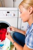 Lavage de femme au foyer Image libre de droits