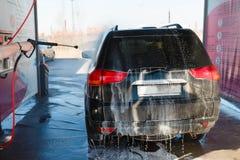 Lavage de la main des hommes SUV sale par le lavage à haute pression Libre service de station de lavage de Touchless en plein air Images stock