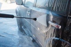 Lavage de la main des hommes SUV sale par le lavage à haute pression Libre service de station de lavage de Touchless en plein air Photographie stock