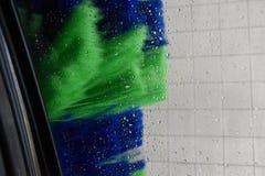 Lavage de la voiture dans une station de lavage automatique Images stock