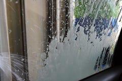 Lavage de la voiture dans une station de lavage automatique Photos stock