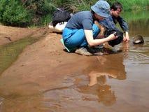 Lavage de rivière et de plats Photos stock