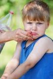 Lavage de visage de garçon par la mère Images stock