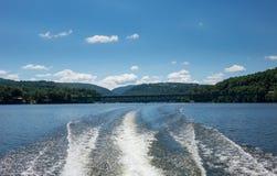 Lavage derrière le hors-bord sur le lac Morgantown cheat Photo libre de droits