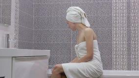 Lavage des mains avec du savon sous l'eau courante banque de vidéos