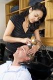 Lavage du cheveu 1 d'un homme Photographie stock libre de droits