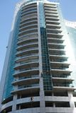 Lavage industriel de grimpeur les fenêtres du gratte-ciel moderne Dubaï EAU photos stock