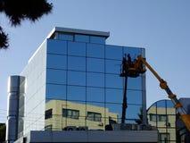 Lavage moderne de fenêtre de bâtiment photos stock