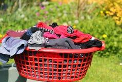 Lavage ou blanchisserie dans un panier Image stock