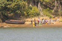Lavage par la rivière Photos libres de droits