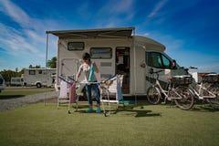 Lavage sur un dessiccateur à un terrain de camping image stock