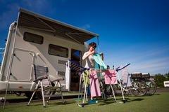 Lavage sur un dessiccateur à un terrain de camping image libre de droits