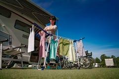 Lavage sur un dessiccateur à un terrain de camping photos libres de droits