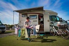 Lavage sur un dessiccateur à un terrain de camping photo stock