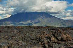 Lavagebied bij Tolbachik-vulkaan, na uitbarsting in 2012 op vulkaan de achtergrond Grote van Udina, Kamchatka Royalty-vrije Stock Afbeelding