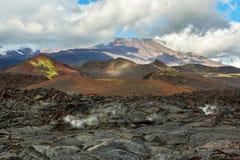 Lavagebied bij Tolbachik-vulkaan, na uitbarsting in 2012 op vulkaan de achtergrond van Plosky Tolbachik, Klyuchevskaya-Groep van Stock Afbeelding