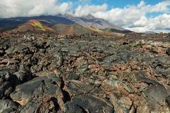 Lavagebied bij Tolbachik-vulkaan, na uitbarsting in 2012 op vulkaan de achtergrond van Plosky Tolbachik, Klyuchevskaya-Groep van Royalty-vrije Stock Afbeelding