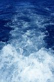 Lavagem azul da hélice da água da espuma da vigília do barco fotografia de stock