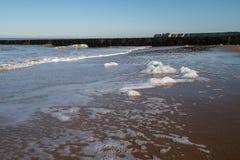 Lavagem da espuma do mar acima na praia em Kent, Reino Unido foto de stock