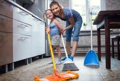 Lavagem da filha da mãe o assoalho em casa Fotos de Stock Royalty Free