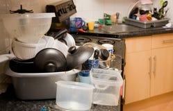 Lavagem da louça suja do mess da cozinha fotos de stock