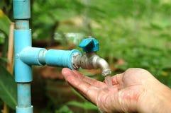 lavagem da mão com água da torneira Fotografia de Stock Royalty Free