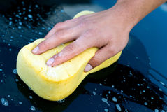 Lavagem da mão do carro com esponja e sabão amarelos Imagem de Stock