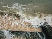 Lavagem das ondas dentro fotografia de stock