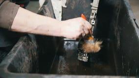 Lavagem das peças de motor, pressão de água vídeos de arquivo
