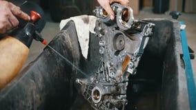 Lavagem das peças de motor, pressão de água, vista dianteira video estoque