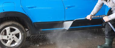 Lavagem de carros azul na limpeza da ação Fotos de Stock