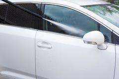 Lavagem de carros - carro de lavagem com água de alta pressão Imagens de Stock Royalty Free