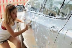 Lavagem de carros, carro de lavagem da mulher Foto de Stock Royalty Free