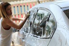 Lavagem de carros, carro de lavagem da mulher Fotografia de Stock