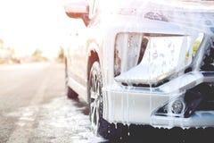 Lavagem de carros exterior com sabão ativo da espuma lavagem de limpeza comercial imagens de stock royalty free
