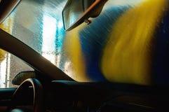 Lavagem de carros na ação vista do interior Foto de Stock Royalty Free