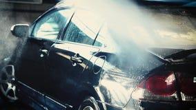 Lavagem do carro, limpeza da mão na superfície do carro video estoque