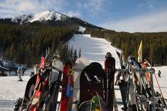 Lavagens do esqui de Nakiska com as engrenagens do esqui e da snowboarding fotos de stock