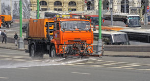 Lavages de couleur oranges de arrosage de machine les rues de Moscou Photographie stock