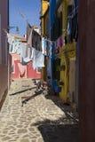 Lavaggi che si asciugano in Burano variopinto, Venezia Fotografie Stock Libere da Diritti