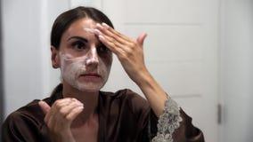 Lavaggi femminili, sfregamenti, sbavature con crema, fronte con acne video d archivio