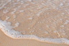 Lavaggi piccoli di Wave su sulla riva di Koh Rong Island immagini stock