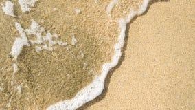 Lavaggi tranquilli dell'onda sopra la sabbia della spiaggia Immagini Stock Libere da Diritti
